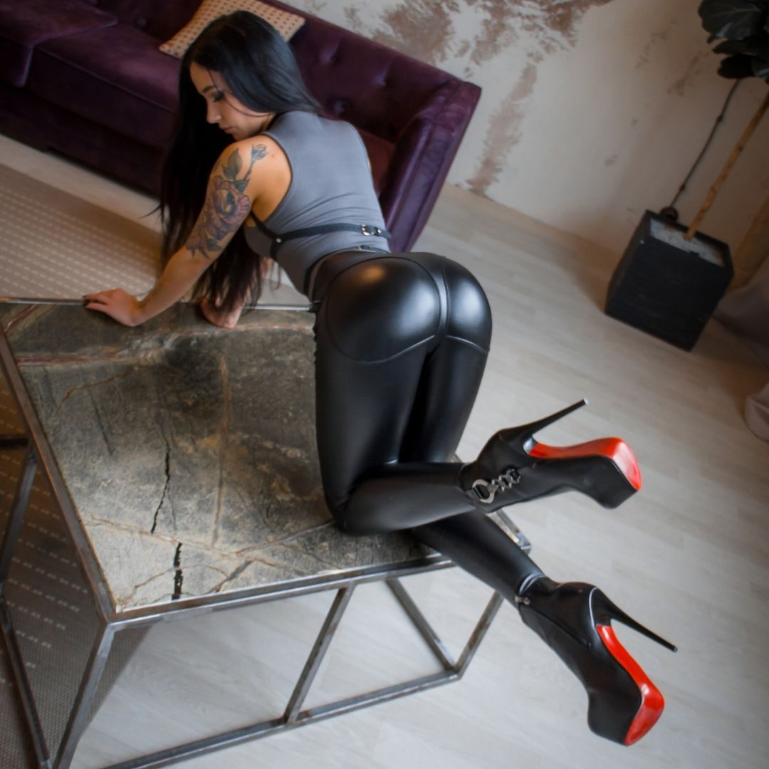 Thong leather leggings